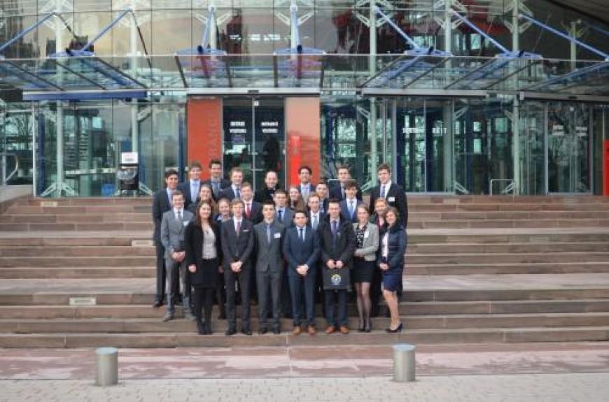 7. De delegatie poseert voor het imposante gebouw van het Europees Hof voor de Rechten van de Mens.