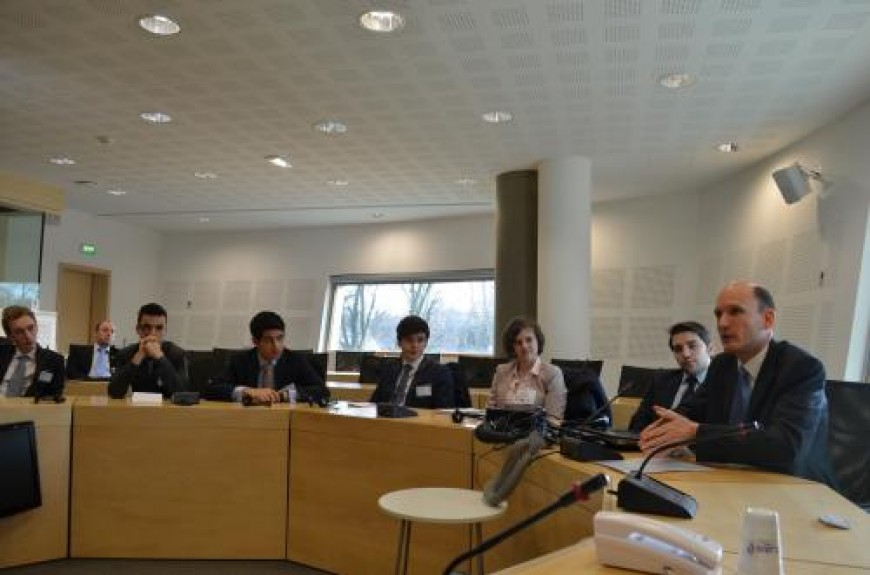 6. Dhr. Kleijssen vertelt over de positie van internetgebruikers ten opzichte van grote dienstenleveranciers.