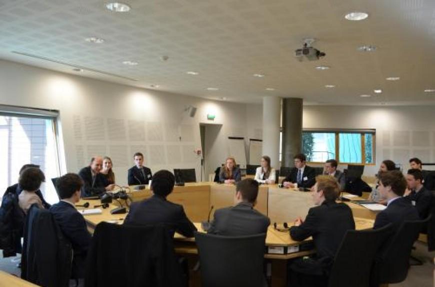 2. De delegatie gaat het gesprek aan met dhr. Jan Kleijssen, die hen inlicht over de gevaren van o.a. internet en facebook.