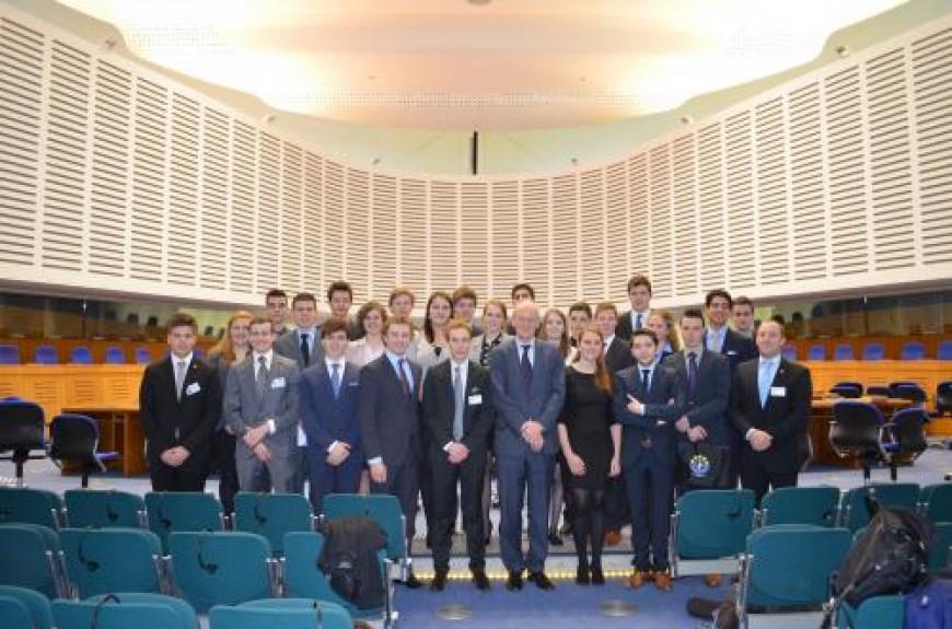 4. De groep poseert met mr. Johannes Silvis, de Nederlandse rechter aan het Europees Hof voor de Rechten van de Mens. Later gaat hij het debat aan met de deelnemers, waar hij – na een discussie over diverse actuele stellingen – elke keer haarfijn uitlegt