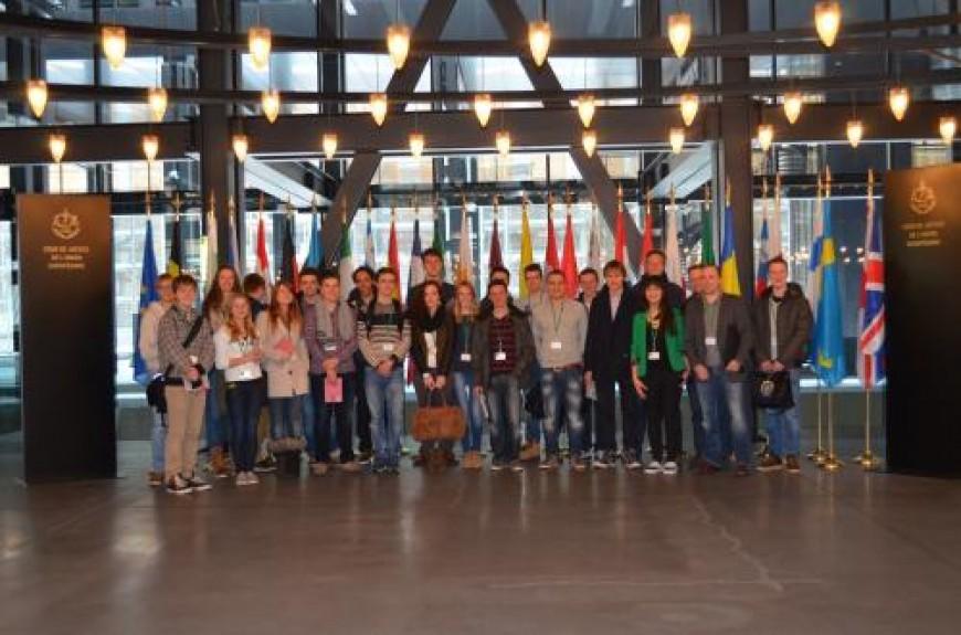 3. De Limburgse delegatie bij de uitgang van het indrukwekkende Hof van Justitie van de EU.